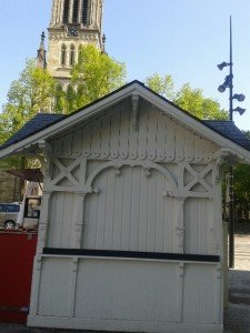 Le dernier chalet de tempérance de Dàckelebourg. À l'arrière-plan, le campanile de Saint Blizzard.